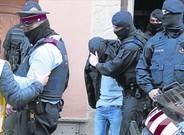 Uno de los detenidos en Roda de Ter es trasladado por los Mossos.