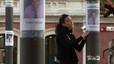 Rosa Funtané, miembro de la plataforma de apoyo a Óscar, pega carteles en la plaza de Les Mallorquines.