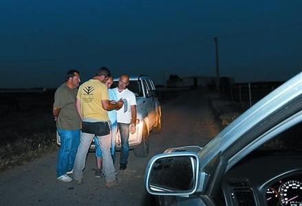 Miembros del somatén de Alcarràs, en un camino de la localidad.