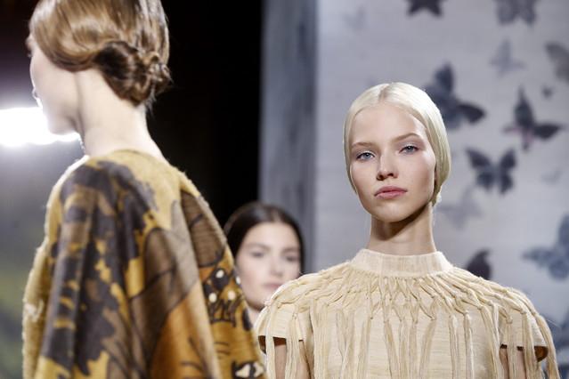 Una modelo muestra la creación de los diseñadores, Maria Grazia Chiuri y Pier Paolo Piccioli, para Valentino.