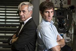 Imanol Arias (Anacleto) y Quim Guti�rrez (su hijo en la ficci�n), 'vestidos para matar', ayer durante el rodaje de 'Anacleto'.
