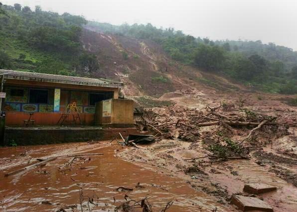 Un deslizamiento de barro en la población de Malin, en el distrito de Pune, India, el 30 de julio de 2014.