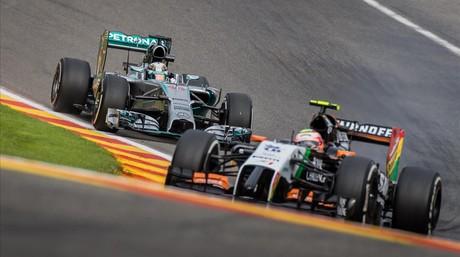 Hamilton, detr�s de Sergio P�rez en los entrenamientos de este viernes en Spa.