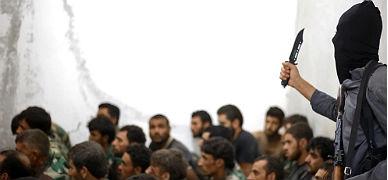 Un yihadista del EI amenaza a militares sirios hechos prisioneros.