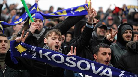 Aficionados de Kosovo animan a su selecci�n de f�tbol durante un partido amistoso contra Hait�