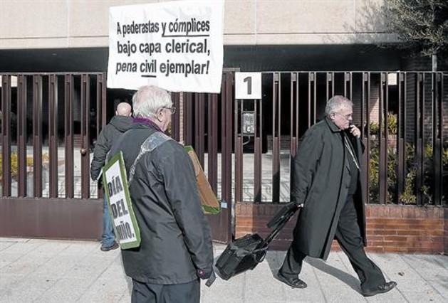 Un hombre protesta al paso de un religioso, ayer junto a la sede de la Conferencia Episcopal.