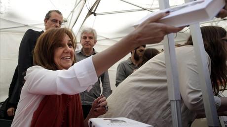 María Dueñas, firmando en Sant Jordi.