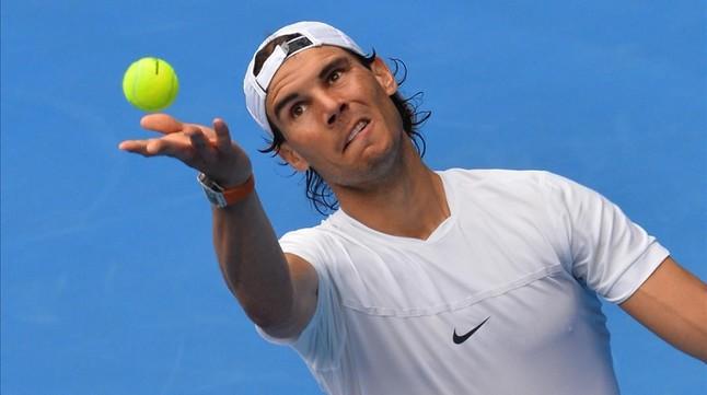 Rafael Nadal sirve durante un entrenamiento previo al inicio del Abierto de Australia, en Melbourne.