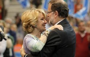 La ya expresidenta del PP de Madrid, Esperanza Aguirre, abraza al líder de su partido, Mariano Rajoy, en el acto de final de campaña.