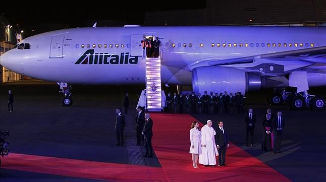 El Papa, con el presidente mexicano, Enrique Peña Nieto, tras descender del avión que le llevó a México.