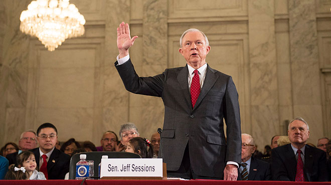 Jeff Sessions, candidato de Trump para Fiscal General, abjura del KKK entre protestas.