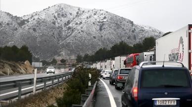 Gairebé 1.200 cotxes atrapats per la neu a l'interior d'Alacant