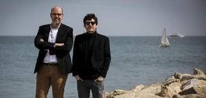 Jordi Basté y Marc Artigau, en la playa de la Barceloneta, presentando su libro Un home cau.