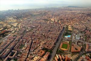 Vista aérea de Barcelona, con Sant Andreu, la Meridiana, Can Dragó y el Eixample, al fondo.