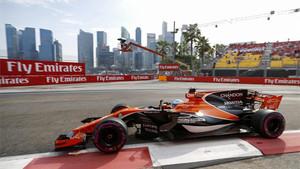 Alonso, en acción con su McLaren-Honda en Singapur