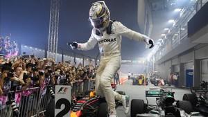 Hamilton celebra su triunfo en Singapur