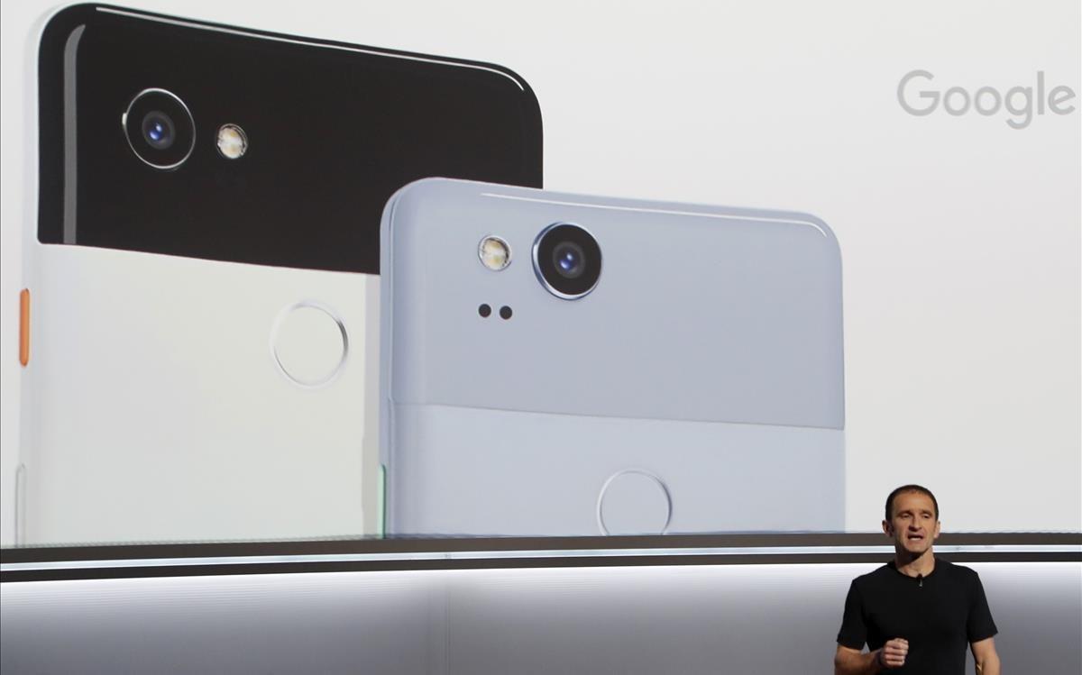 El vicepresidente de Google Mario Queiroz presenta el Pixel 2 en San Francisco.