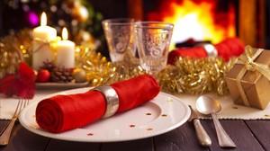 Decoración de una mesa lista para un menú navideño.