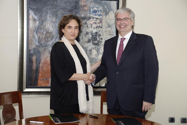 La alcaldesa de Barcelona, Ada Colau, y el delegado del Consorcio de la Zona Franca, Jordi Cornet.