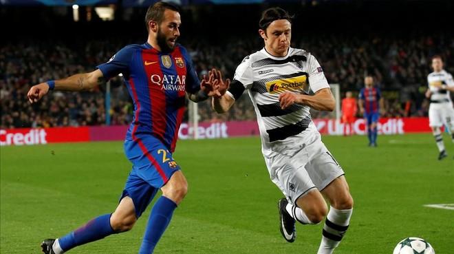 Aleix Vidal corre junto a Schulz en el Barça-Borussia en el Camp Nou.