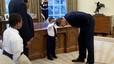 El hijo de un miembro de la Seguridad Nacional le cuenta a Obama que le acaban de hacer un corte de pelo igual al del presidente de EEUU.