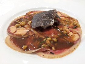 Carpaccio de pichón del menú de caza y trufa de El Café del Gallery.