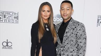 John Legend posa junto a su mujer, la modelo Chrissy Teigen, en la alfombra roja de los American Music Awards en Los Ángeles.