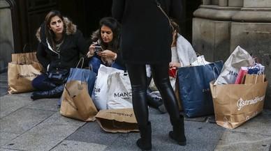 Día de compras previo a las rebajas en el Portal de l'Ángel de Barcelona.