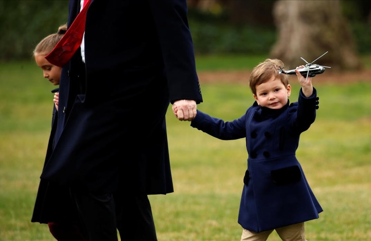Donald Trump acompaña a sus nietos, Arabella y Joseph Kushner para subir a bordo del Marine One en Washington.