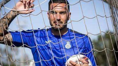 Roberto Jim�nez, el nuevo portero perico, posa para EL PERI�DICO en la ciudad deportiva Dani Jarque, en Sant Adri�.