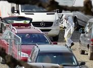 Un forense examina elcoche rojo del fallidoatentado de Amberes.