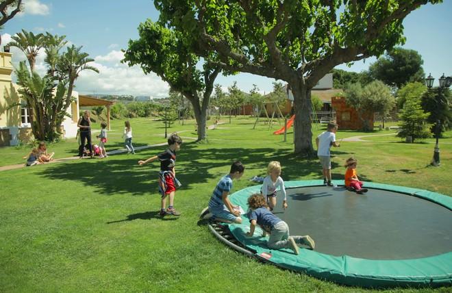 Alguns dels infants que van a l'escola rural anglesa Casa Nostra, a Mataró, jugant a l'interior del recinte aquest matí.