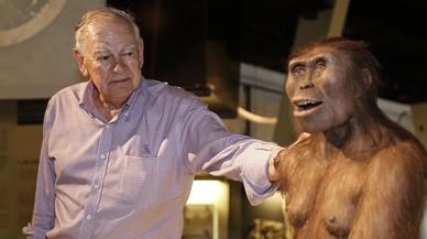 Donald Johansondescubridor del Australopithecus afarensisLucy, al lado de una reproducci�n art�stica del hom�nido en CosmoCaixa (Barcelona)