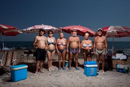 Familias Navarro, Toledo y Martínez. Gafas de buceo, cangrejeras, cervezas y dos neveritas azules.