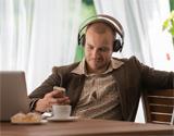 Un joven escucha música con los cascos puestos.