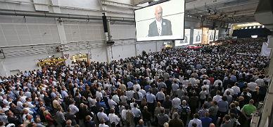 Los trabajadores de Volkswagen escuchan al presidente del comit� de empresa en Wolfsburgo (Alemania), este martes.