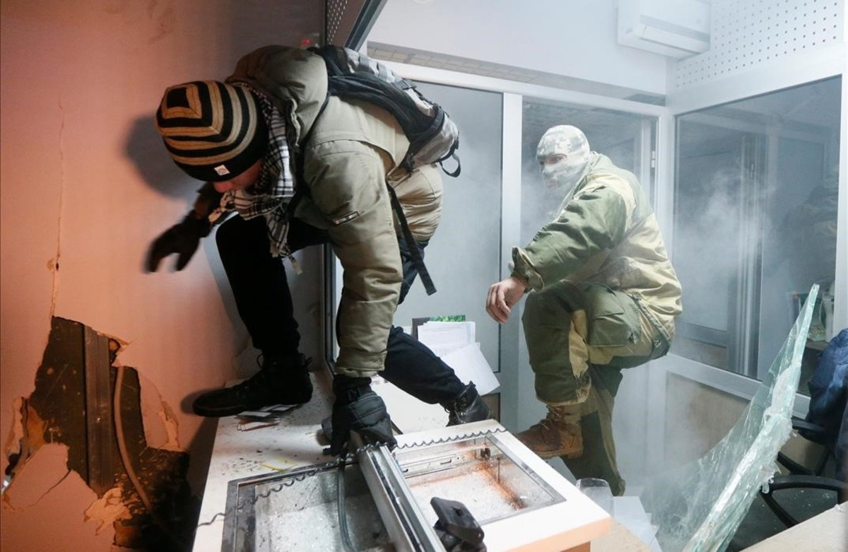 Manifestantes atacan una sucursal de Sberbank durante la conmemoracióndel aniversario de las protestas masivas ucranianas pro-Unión Europea de 2014 en el Día de la Dignidad y la Libertad en Kiev, Ucrania.