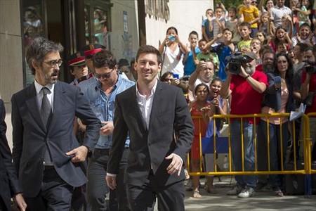 Messi sale del juzgado de Gav�, junto a su abogado y su hermano Rodrigo.