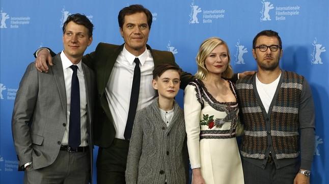 De izquierda a derecha, Jeff Nichols, Michael Shannon, Jaeden Lieberther, Kirsten Dunst y Josel Edgerton, este viernes en Berl�n, tras la presentaci�n de 'Midnight special'.