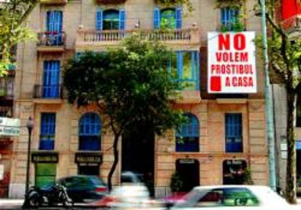 Una gran pancarta delata a un prost bulo del eixample for Pisos asiaticas barcelona