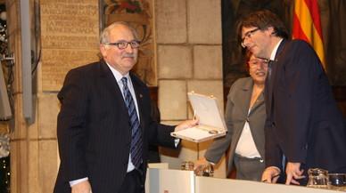 El pastelero Joan Turull de Terrassa y expresidente del gremio de pasteleros recibe la medalla President Macià de manos de Carles Puigdemont.