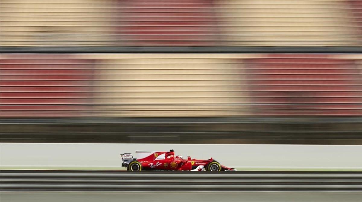 El pilot finlandès de Ferrari, Kimi Raikkonen, durant la segona jornada d'entrenaments lliures al circuit de Montmeló.