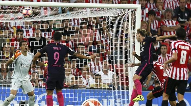 Rakitic cabecea cruzado en el gol que brind� el triunfo al Bar�a en San Mam�s.