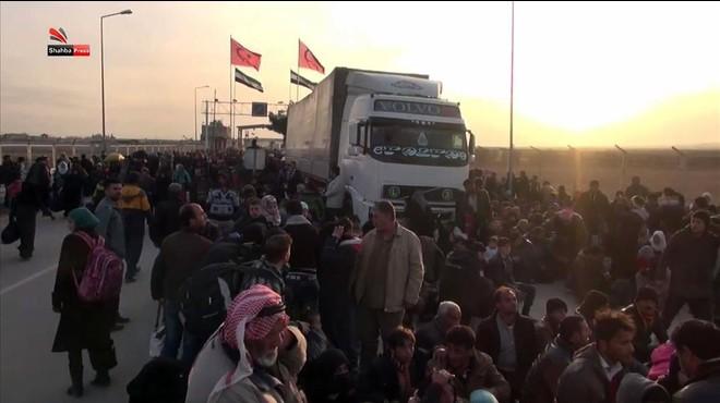 Sirios procedentes de Alepo esperan en la frontera turca.
