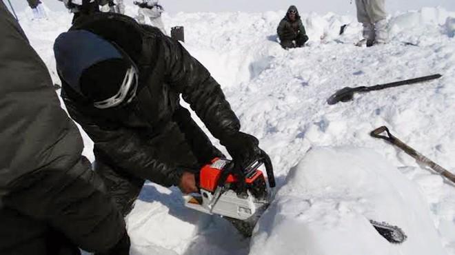Rescaten un soldat viu després de sis dies atrapat a la neu