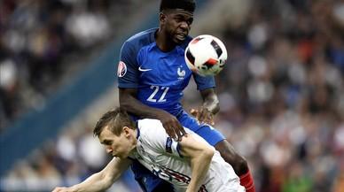 Umtiti pugna con Bodvarsson por la pelota, en el partido del Stade de France.