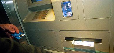 Un usuario saca dinero de un cajero autom�tico del BBVA.