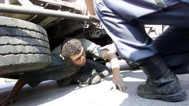 Trobats a Ceuta dos menors que pretenien travessar l'Estret amagats en un camió