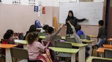 Samia Kharbauche imparte una clase de árabe en el local del Centre Cultural Islàmic de Sants, en el 12 de la calle de Súria.