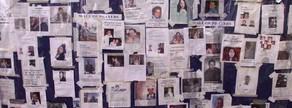 Una paret de l'Hospital Bellevue de Nova York coberta amb imatges de les persones desaparegudes. La imatge és de dos dies després de l'atemptat.